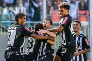 jogadores comemorando gol na ponte preta - 19-06-16