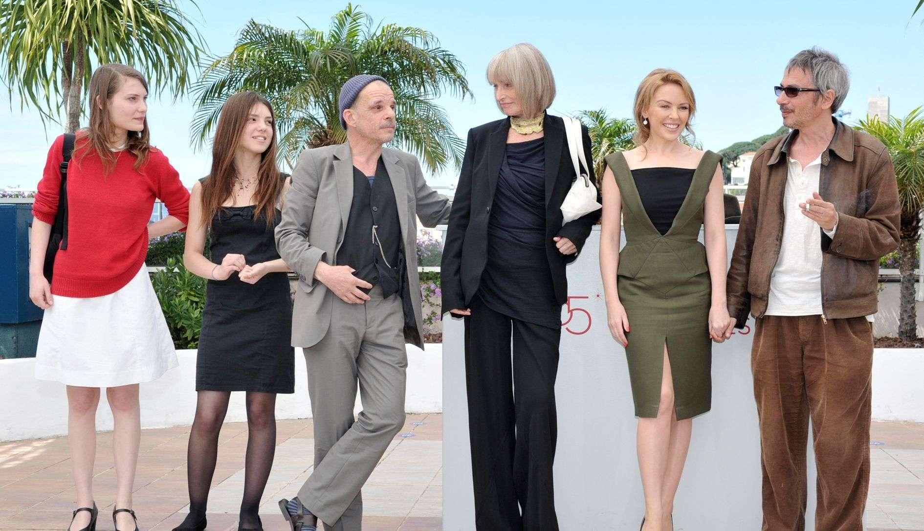 O diretor Carax (à direita) levou o elenco a Cannes
