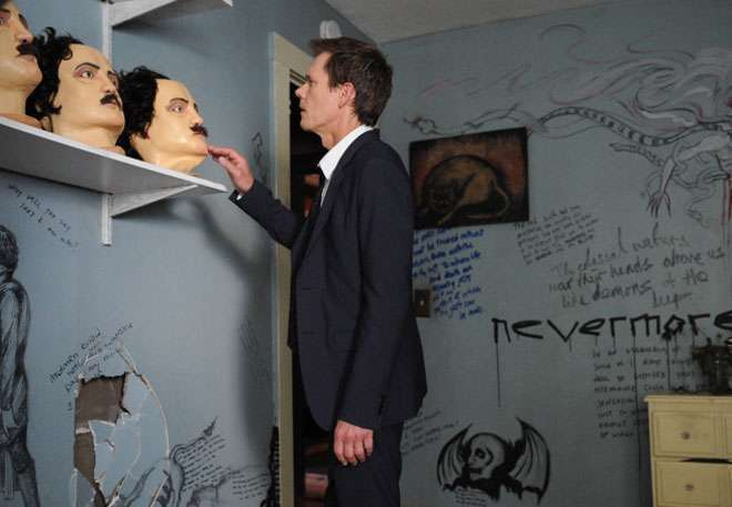 Ryan Hardy (Bacon) encontra as máscaras de Allan Poe