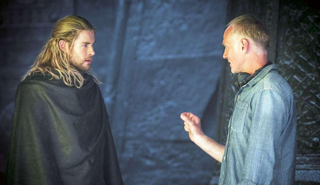 O diretor Alan Taylor orienta seu Thor