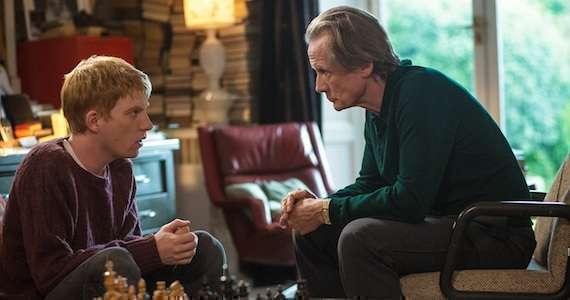 Pai e filho conversam sobre viagens no tempo