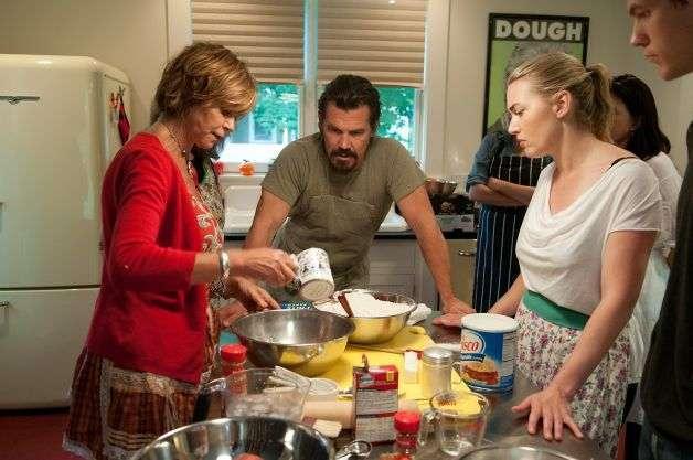 A escritora Maynard ensina Brolin a fazer torta