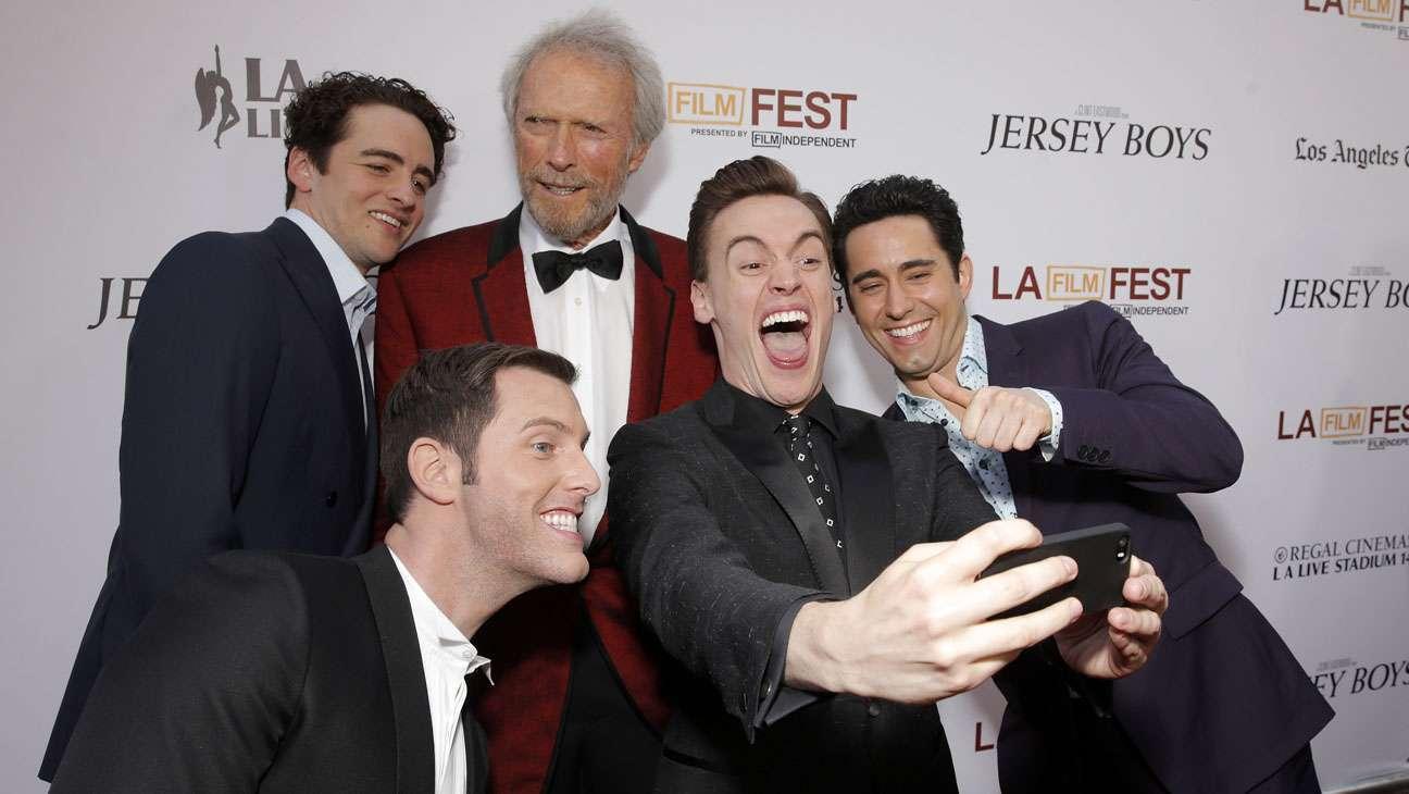 Selfie do elenco com o diretor