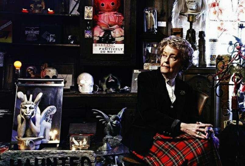 Lorraine Warren em seu museu do oculto - a boneca Annabelle posa em sua caixa