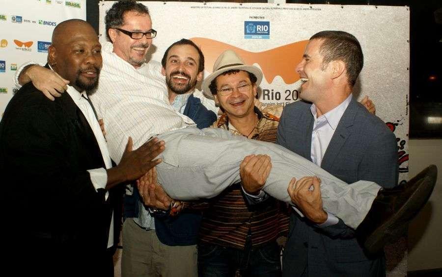 Elenco comemora com o diretor o destaque no Festival do Rio 2013
