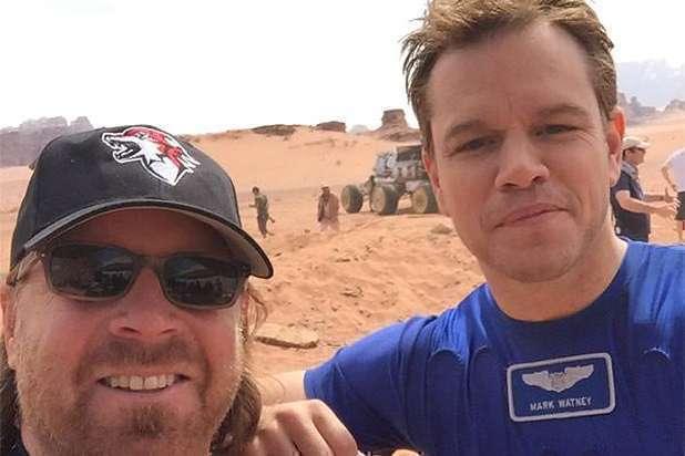 O diretor se junta a seu astro no suposto terreno de Marte