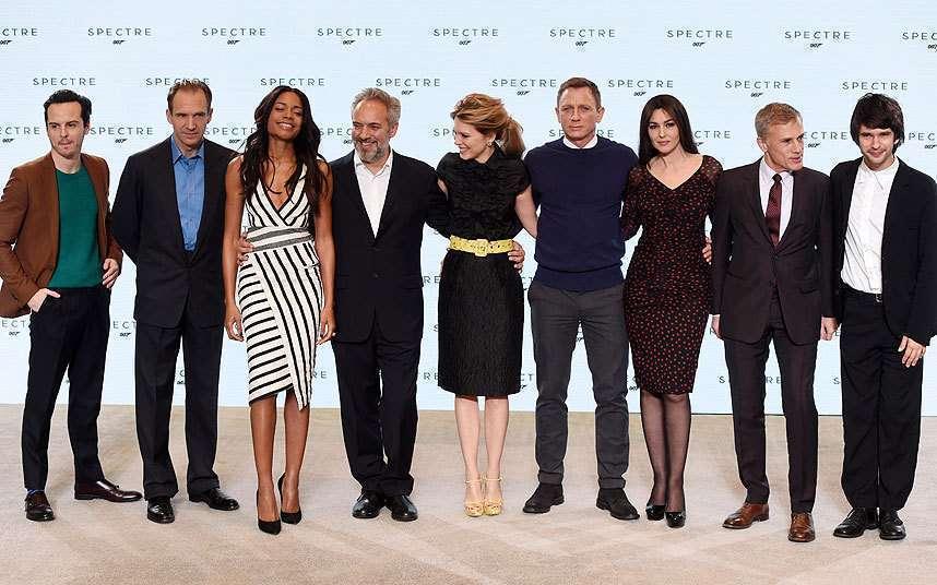 Mendes, no meio, apresenta seu elenco