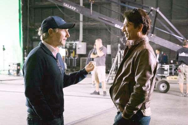 O escritor e produtor Brown e Khan nas filmagens