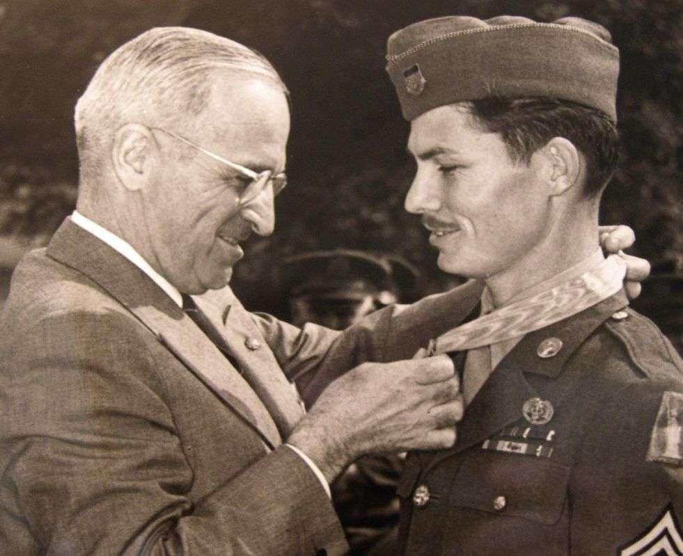 O verdadeiro Desmond Doss recebe a Medalha de Honra do Presidente Truman