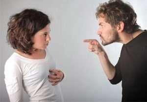 homem maltrata mulher