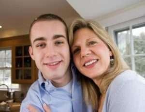homem jovem com mulher madura